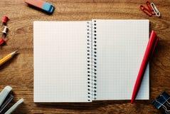 红色笔准备好写在一个开放笔记本 库存照片