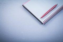 红色笔空白被检查的提示办公室概念 库存照片