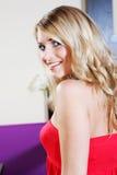 红色管上面的俏丽的微笑的妇女 库存图片