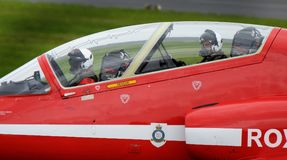 红色箭头显示队鹰航空器,现代快速的喷气机 免版税库存照片