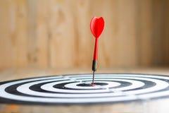 红色箭箭头击中了掷镖的圆靶隐喻marke的中心目标 免版税库存图片