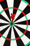 红色箭箭头在掷镖的圆靶背景的目标中心击中了 免版税库存图片