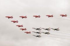 红色箭头和雷鸟在空中分列式形成  免版税库存图片