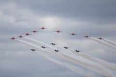 红色箭头和雷鸟在空中分列式形成  库存照片