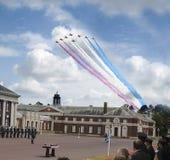红色箭头空中分列式皇家空军学院Cranwell 免版税库存照片