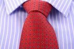 红色精神领带和蓝色条纹衬衣 库存图片