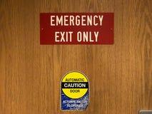 红色紧急出口和自动门警告在诊所doo的标志 库存照片