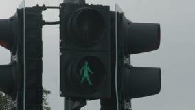 红色红绿灯变成绿色,给步行者步行 格兰特允许 影视素材