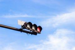 红色红绿灯在有明亮的蓝天backgrou的日本发信号 免版税库存照片