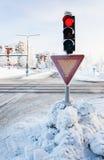 红色红绿灯在冬天 库存图片
