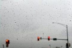 红色红绿灯在雨中。 库存图片