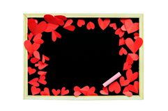 红色纸在白色backg的黑板附近塑造了心脏 库存图片