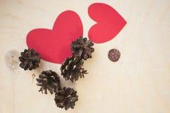 红色纸心脏和杉木锥体 免版税库存照片