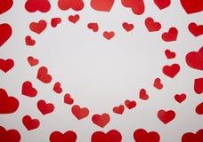 从红色纸心脏的框架在白色背景 免版税库存照片