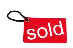 红色纸标签标记与被出售的字 免版税库存图片