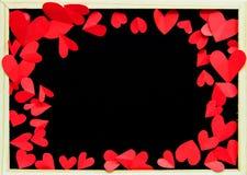 红色纸顶视图在黑板附近塑造了心脏 免版税库存照片