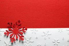 红色纸织地不很细雪花 库存图片