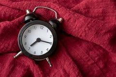 红色织品的黑时钟地方 免版税库存图片