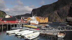 红色经典挪威人Rorbu渔小屋,在Lofoten海岛上的Nusfjord 股票视频