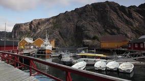 红色经典挪威人Rorbu渔小屋,在Lofoten海岛上的Nusfjord 股票录像