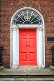 红色经典门在都伯林,都伯林爱尔兰英王乔治一世至三世时期典型的建筑学的例子  免版税库存照片
