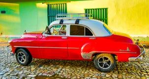 红色经典雪佛兰在家前面停放 免版税库存照片