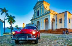 红色经典雪佛兰在教会前面停放 库存图片
