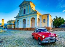 红色经典雪佛兰在教会前面停放 免版税库存照片