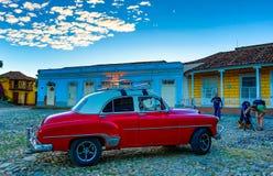 红色经典雪佛兰在教会前面停放 免版税库存图片