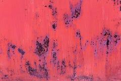 红色绘了与铁锈条纹的金属背景创造性、纹理和背景的 免版税库存照片