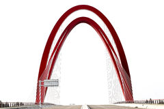 红色缆绳被停留的桥梁优美的曲线  免版税库存照片