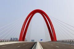 红色缆绳被停留的桥梁优美的曲线  库存图片