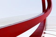 绕红色缆绳被停留的桥梁 免版税库存照片