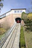红色缆索铁路在小山 图库摄影