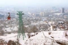 红色缆索铁路有阿尔玛蒂,哈萨克斯坦看法  图库摄影