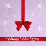 红色缎弓和丝带在紫色背景与落的雪和雪花 新年好贺卡 皇族释放例证