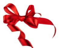 红色缎礼品弓。 丝带 免版税库存照片