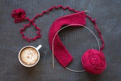 红色编织和一杯咖啡 免版税库存图片