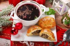 红色罗宋汤和酥皮点心圣诞前夕的 免版税库存图片