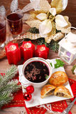 红色罗宋汤和酥皮点心圣诞前夕的 库存图片