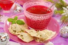 红色罗宋汤和馄饨(pierogi)圣诞节的 图库摄影