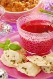 红色罗宋汤和馄饨(pierogi)圣诞节的 免版税图库摄影