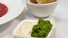 红色罗宋汤用在板材的肉 与酸性稀奶油和草本的一个可口红色罗宋汤在一块白色板材 传统乌克兰语 免版税图库摄影
