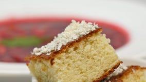 红色罗宋汤用在板材的肉 与酸性稀奶油和草本的一个可口红色罗宋汤在一块白色板材 传统乌克兰语 库存图片