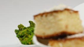 红色罗宋汤用在板材的肉 与酸性稀奶油和草本的一个可口红色罗宋汤在一块白色板材 传统乌克兰语 免版税库存图片