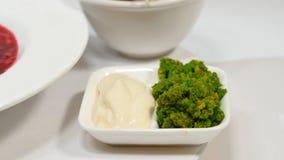 红色罗宋汤用在板材的肉 与酸性稀奶油和草本的一个可口红色罗宋汤在一块白色板材 传统乌克兰语 免版税库存照片