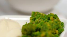红色罗宋汤用在板材的肉 与酸性稀奶油和草本的一个可口红色罗宋汤在一块白色板材 传统乌克兰语 库存照片