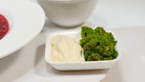 红色罗宋汤用在板材的肉 与酸性稀奶油和草本的一个可口红色罗宋汤在一块白色板材 传统乌克兰语 图库摄影