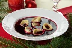 红色罗宋汤(Czerwony barszcz)用饺子 图库摄影