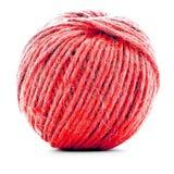 红色羊毛丝球,在白色背景隔绝的编织的螺纹卷 库存照片